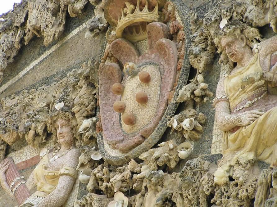 Lo-stemma-dei-Medici-e-le-due-figure-che-rappresentano-la-pace-e-la-giustizia-Grotta-del-Buontalenti-Giardino-di-Boboli-Firenze-Italia.-Author-and-Copyright-Marco-Ramerini