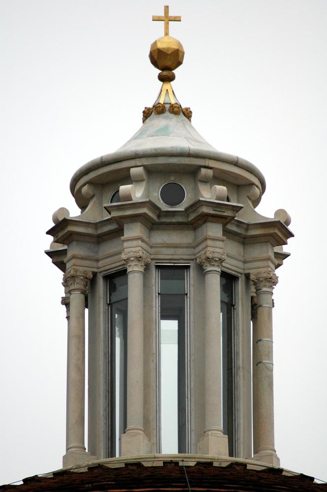Foto-3-La-lanterna-della-Sagrestia-Nuova-dopo-il-restauro-con-la-copia-del-pliedro-e-della-croce.jpg