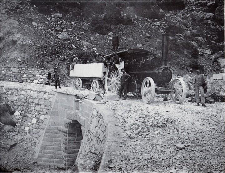 Srada delle Gobbie. Trasporto del marmo con la locomobile, ca. 1908 henraux.jpg