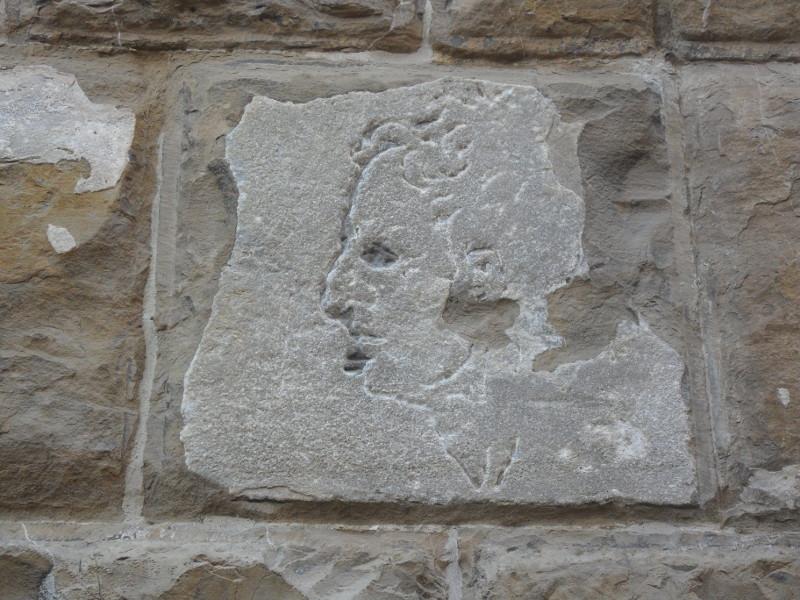 Il-misterioso-volto-scolpito-nella-facciata.jpg