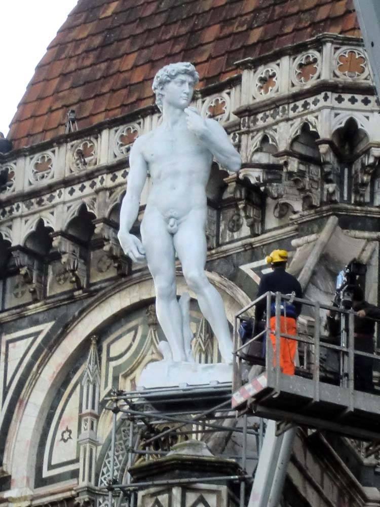La-statua-del-David-sul-tetto-del-Duomo_imagefull.jpg