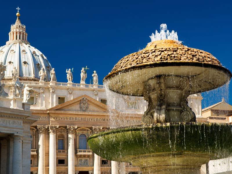 Roma---Veduta-della-Basilica-di-San-Pietro-dalla-piazza.jpg